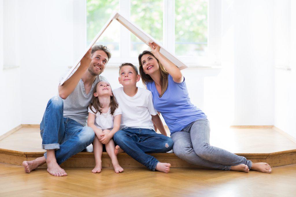 Familie in Ostfriesland in ihrer Traumimmobilie